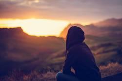 Rückansicht von Frau bei Sonnenuntergang in Natur, Azoren