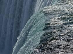 Die Welle am Abgrund