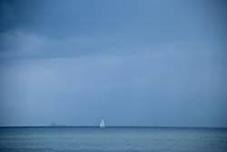 Segelboot vor Horizont