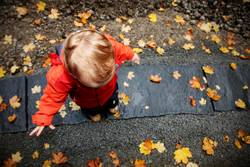 kleiner Mann im Herbst
