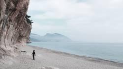 Der schwarze Mann und das Meer (und der Fels)