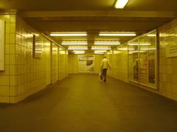 Rentnerin im U-Bahntunnel Berlin