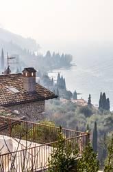 Schöner Ausblick am frühen morgen über dem Gardasee Italien