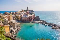 Schönes kleines Fischerdorf Vernazza in Cinque Terre / Italien