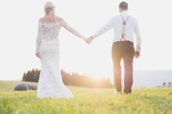 Junges Hochzeitspaar im Sonnenuntergang
