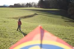 Junge auf der Wiese beim Drachenfliegen in der Freizeit