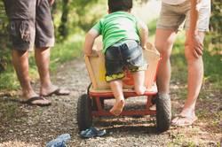 Junge klettert in Leiterwagen
