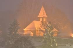 Weihnachtliche Dorfkirche