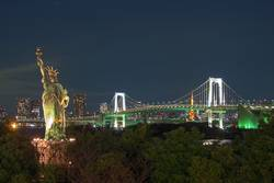 Rainbow Bridge bei Nacht