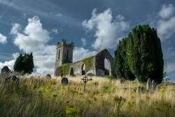 Ruine einer alten Kirche mit Friedhof in Irland