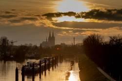 Blick auf Kölner Dom vom Köln-Mülheimer Hafen