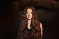 Nahaufnahme einer Rothaarige Frau mit langen Haaren und Sommersprossen