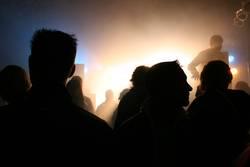 Düstere Leute vor hellem Licht
