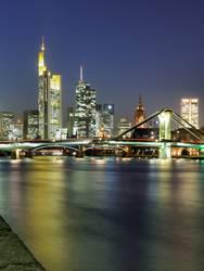 Flößerbrücke vor Skyline Frankfurt