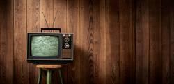 Vintage Fernseher vor Holzwand | Panorama