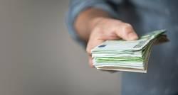 Mann gibt einen Stapel Euro Geldscheine