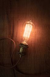 Vintage Glühbirne auf altem Holz