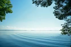 Finnischer See im Blätter Rahmen