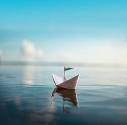 Sail away with me   Papierschiff auf ruhigem Wasser