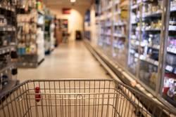 Leerer Einkaufswagen im Supermarkt Gang