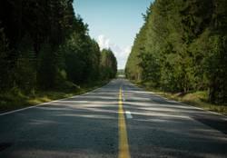 Endlose leere Straße in Finnland