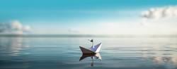 Papierschiff schwimmt auf ruhigem See   XXL Panorama