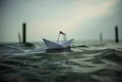 kleines Papierschiff auf dem Meer