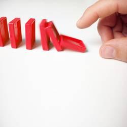 Rote Dominosteine fallen | Kettenreaktion