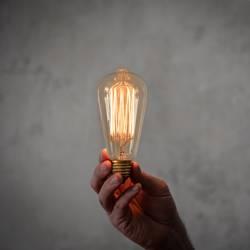 Edison Vintage Glühbirne in der Hand