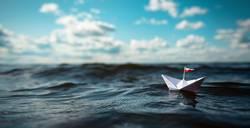 kleines Papierschiff auf hoher See | Panorama