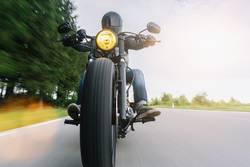 motorradfahrer auf einem chopper