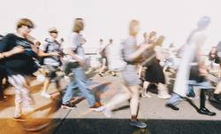 Menschenmenge auf einem Zebrastreifen