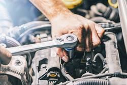 automechaniker arbeitet in einer Autowerkstatt
