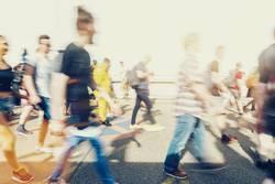 Menschenmenge in bewegung