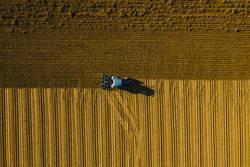 traktor pflügt einen Acker um