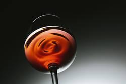 Rotwein wellen im Glas