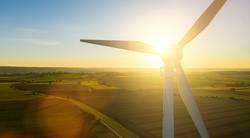Moderne Windkraftanlage zum Sonnenuntergang