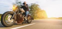 motorradfahrer fährt auf einem chopper