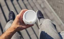 Coffee2Go trinken - sicht aus der Ich-Perspektive