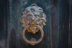 der Löwe an der Tür