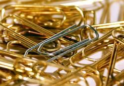Büroklammern in Gold