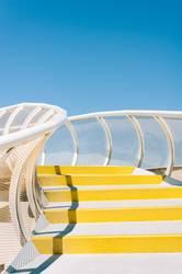 Las Setas in Sevilla - Gelb-weiße Treppe mit blauem Himmel