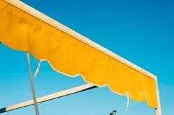 Gelbe Markise im Sommer