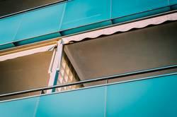 Blaue Balkone in der Nachbarschaft