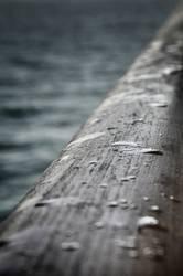 Regentropfen auf Reling