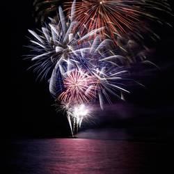 Blaues und rotes buntes Feiertagsfeuerwerk