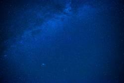 Blauer dunkler nächtlicher Himmel mit vielen Sternen