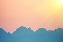 Schöner orange Sonnenuntergang über Bergen