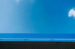 Blaues Vordach vor blauem Himmel