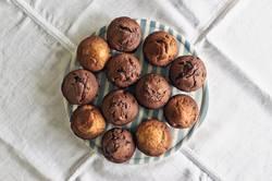 Muffins auf einem Teller von oben